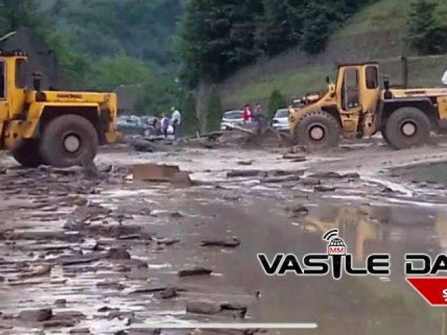 FOTO&VIDEO: BÂRSANA - Turiști captivi între ape. Puhoaiele au rupt podul