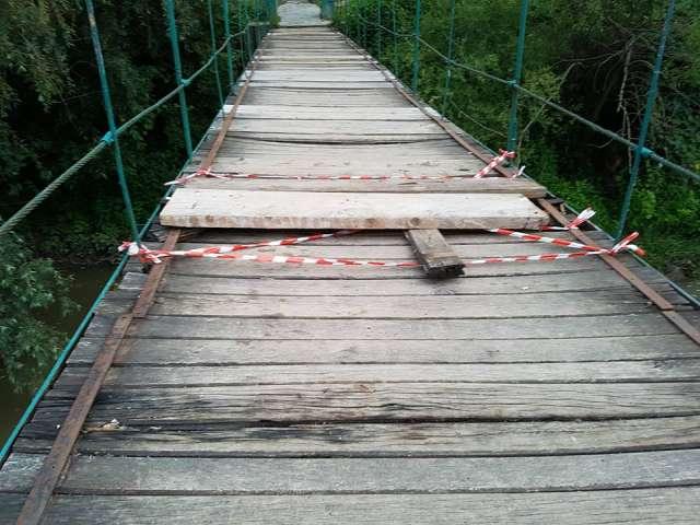 NEPĂSARE CRIMINALĂ - O fetiță de patru ani a căzut în râul Iza, după ce traversele de lemn ale podului au cedat, fiind putrede