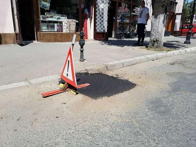 VIDEO - Un sighetean supărat că în fața Primăriei Sighet este o groapă adâncă de un metru, a intrat LIVE pe Facebook pentru a protesta