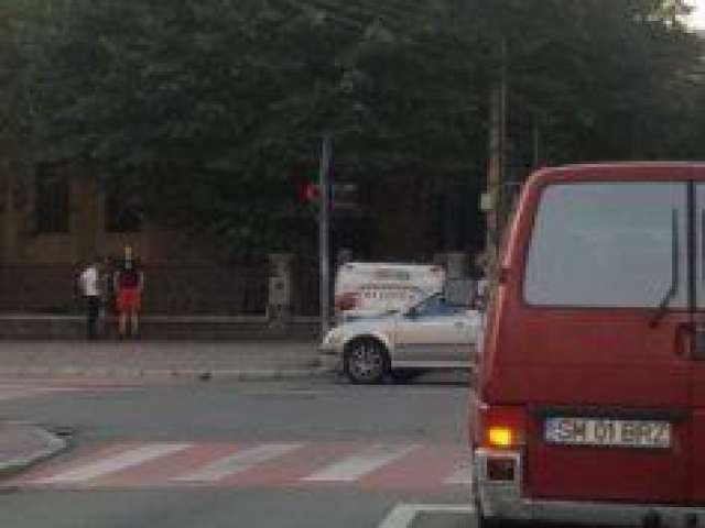 FOTO & VIDEO - O mașină a poliției s-a răsturnat pe plafon în urma unui accident în Baia Mare