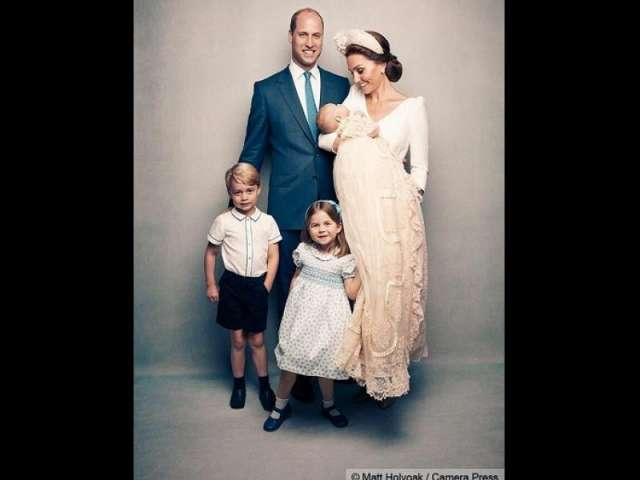Ducii de Cambridge au publicat primele fotografii cu prinţul Louis
