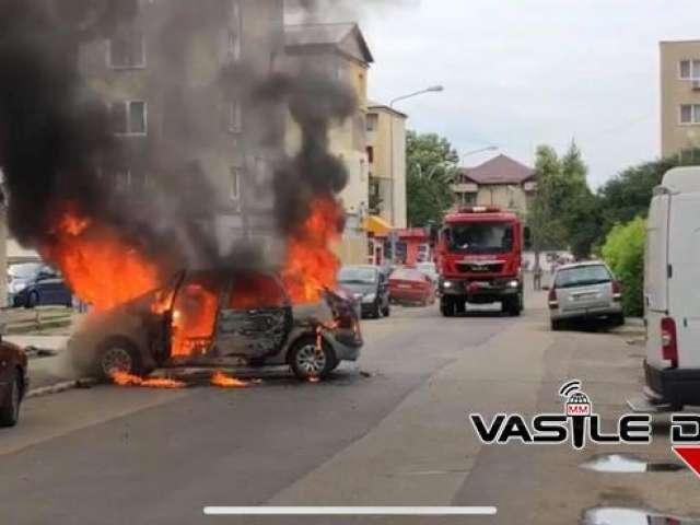 FOTO&VIDEO: Baia Mare - O mașină a ars ca o torță, în mijlocul străzii