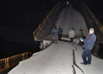 Siguranţa drumurilor din România: Un pod S-A RUPT de la jumătate, două maşini au rămas suspendate
