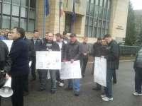 Sindicaliştii Cartel Alfa protestează în faţa Prefecturii Maramureş