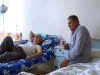 Situaţie de râsu` – plânsu` pentru o familie din Maramureş. Un bărbat declarat mort la spital şi-a întâmpinat rudele îndoliate citind ziarul