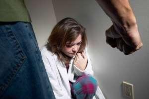 ȘOCANT - Un maramureșean și-a bătut soția cu parul timp de cinci ore până a lăsat-o paralizată
