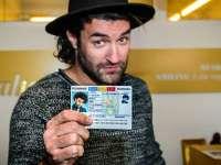 FOTO: Smiley a primit un buletin simbolic din partea Ministerului de Interne