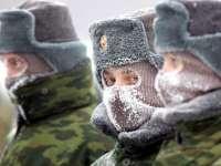 Străinii se pot înrola în armata rusă. Care este singura condiţie pe care trebuie să o îndeplinească şi cât pot câştiga