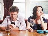 STUDIU: Smartphone-urile distrug viaţa intimă a cuplurilor