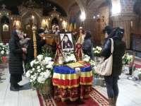 Sute de credincioşi au adus un omagiu la catafalcul ÎPS Justinian Chira