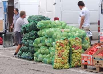 Sute de kilograme de legume-fructe şi articole de îmbrăcăminte contrafăcute, confiscate de poliţiştii de investigarea fraudelor