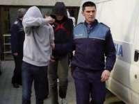 TÂLHĂRIE: Bătrân atacat în scara blocului de doi minori care i-au furat banii