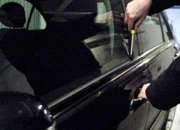 Tânăr bănuit de comiterea mai multor furturi de autoturisme identificat de poliţiştii băimăreni