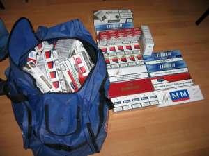 Tânăr de 19 ani depistat de poliţişti în timp ce transporta 500 pachete de ţigări netimbrate