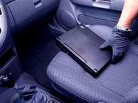 Tânăr prins în flagrant în timp ce încerca să sustragă bunuri dintr-un autoturism