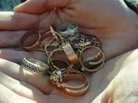 Tânără cercetată pentru furt după ce a sustras dintr-o locuință bijuterii în valoare de 3.000 de lei
