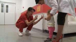 Tatăl fetiţei abandonate în gara din Baia Mare s-a ales cu dosar penal pentru abandon de familie