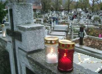 TRAGEDIE LA BORŞA: Un tânăr a decedat după ce a pierdut controlul volanului, a intrat cu maşina în cimitir şi a distrus cinci morminte