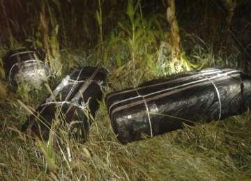 Trei colete cu ţigări de contrabandă găsite de poliţişti în pădure, la 4 km de graniţa cu Ucraina