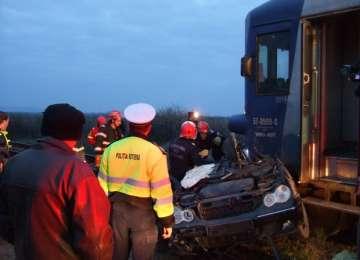 Trei persoane rănite grav după ce maşina în care se aflau a fost lovită de trenul personal Jibou – Baia Mare