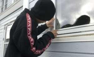 Trei tineri au fost prinşi de poliţişti imediat după comiterea unui furt