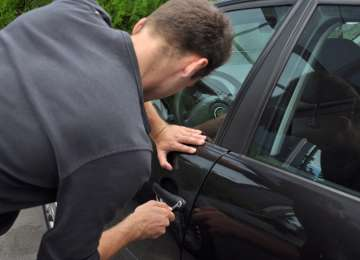 Trei tineri din Vişeu de Sus au fost prinşi în flagrant în timp ce încercau să sustragă bunuri de la un autovehicul