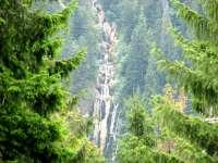 Turiștii lasă munţi de gunoaie la Cascada Cailor