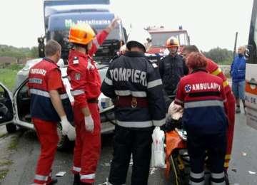 ULTIMA ORĂ: Două autoturisme şi un TIR înmatriculat în Maramureş implicate într-un accident grav. O persoană a decedat