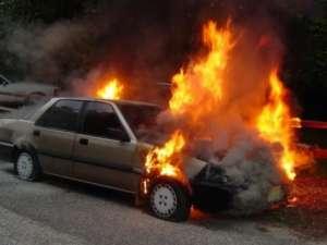 Un autoturism a luat foc în Pasul Gutâi după ce şoferul a pierdut controlul volanului şi a intrat într-un şanţ