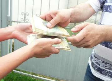Un bărbat a fost înșelat de doi falși angajați ai Primăriei Baia Mare