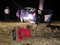 Un bărbat a vrut să-și omoare copilul, apoi s-a sinucis intrând cu mașina într-un copac