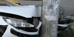 Un bărbat beat a intrat cu maşina într-un stâlp de la reţeaua de iluminat public
