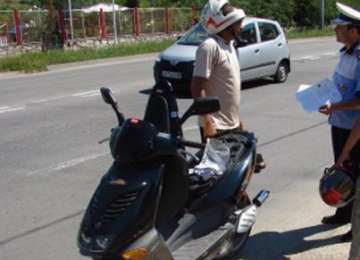 Un bărbat din Petrova s-a ales cu dosar penal după ce a condus fără permis un moped neînmatriculat