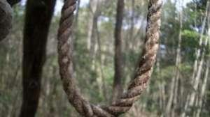 Un bărbat din Remeţi a fost găsit spânzurat de un copac