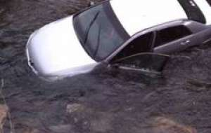 Un bărbat din Săcel s-a răsturnat cu autovehiculul în albia Râului Iza, de la o înălţime de trei metri