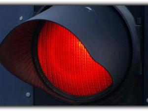 Un bărbat s-a ales cu dosar penal după ce a condus băut și nu a oprit la culoarea roșie a semaforului