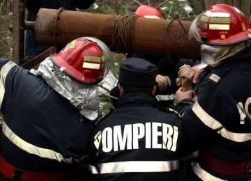 Un bătrân din Mânău a decedat după ce căzut într-o fântână. Poliţiştii iau în calcul şi varianta unei sinucideri.