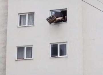 Un copil a ajuns la spital după ce i-a căzut în cap o canapea aruncată de la etaj de doi bărbaţi