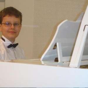 Un elev de 12 ani a fost somat de Fisc să achite taxe pentru banii încasați în urma unui concert de pian