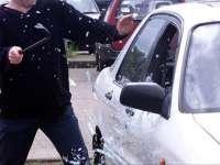 Un minor a spart geamul unui autoturism și a furat o stație de emisie-recepție