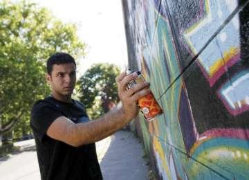 Un tânăr a fost sancționat pentru că a aplicat desene în graffiti pe o instituție publică