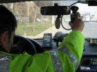 Un tânăr care are suspendat dreptul de a conduce autovehicule pe drumurile publice a fost prins gonind cu 110 km în localitate