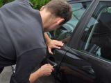Un tânăr fără permis de conducere a furat o mașină a provocat un accident de circulaţie şi a părăsit locul faptei