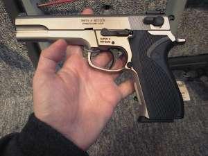 Un tânăr s-a ales cu dosar penal după ce poliţiştii au găsit în torpedoul maşinii sale un pistol