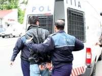 Urmărit naţional şi internaţional prins de poliţişti la Fereşti după ce a pătruns într-un imobil şi a agresat o tânără
