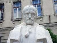 VANDALISM - Statuia lui Gheorghe Şincai din Baia Mare a fost mânjită cu o zvastică