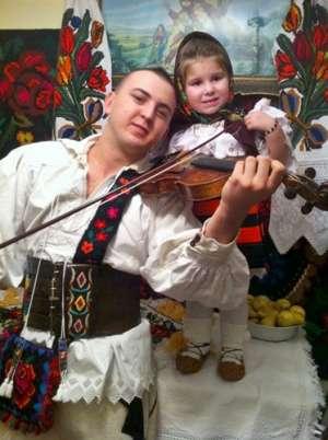 Vasilică Ceteraşu: tânărul care nu se ferește să facă din folclorul românesc un spectacol
