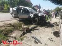 VIDEO: ACCIDENT CU DOUĂ VICTIME - A pierdut controlul volanului şi s-a izbit de gardul ornamental din fața unei biserici