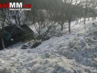 VIDEO - Accident: O șoferiță a iesit de pe drum și s-a răsturnat într-o râpă