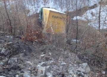 VIDEO: ACCIDENT PE GUTÂI - Șoferul unui autotren a pierdut controlul volanului și a căzut într-o prăpastie